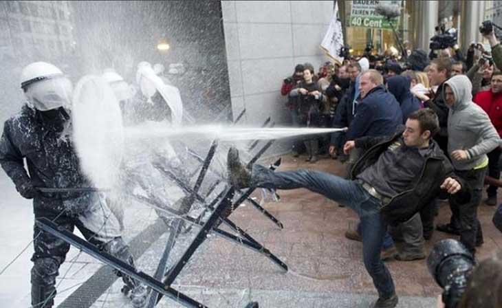 11-farmer-protestors-use-milk-canon