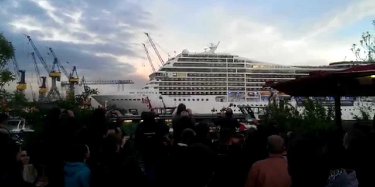 Cruise ships play Seven Nation Army