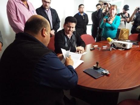 Momento en que se presentan las denuncias penales en contra de ex funcionarios municipales de Ensenada (Foto: Sindicatura).