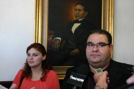 La estudiante afectada y el diputado Julio César Vázquez (foto: Congreso de BC).