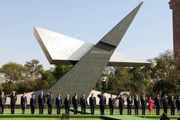 El famoso Monumento Magno Conmemorativo del Centenario del Ejército Mexicano que inauguró en febrero pasado Enrique Peña Nieto (Foto: Internet).