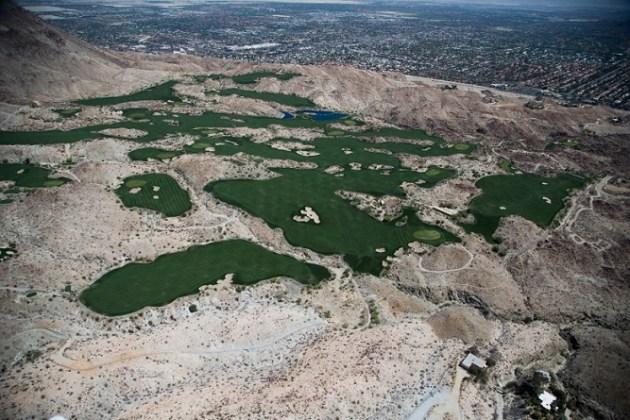 California ha entrado oficialmente en su cuarto año de sequía después de que hace un mes el gobernador, Jerry Brown, comunicó que las reservas de nieve acumuladas durante el invierno (que suponen un 30% del agua de consumo humano en el Estado) eran un 5% de la media acumulada normalmente en esta época del año. En la imagen, un campo de gol en La Quinta, California, el 13 de abril de 2015 (LUCY NICHOLSON / REUTERS)
