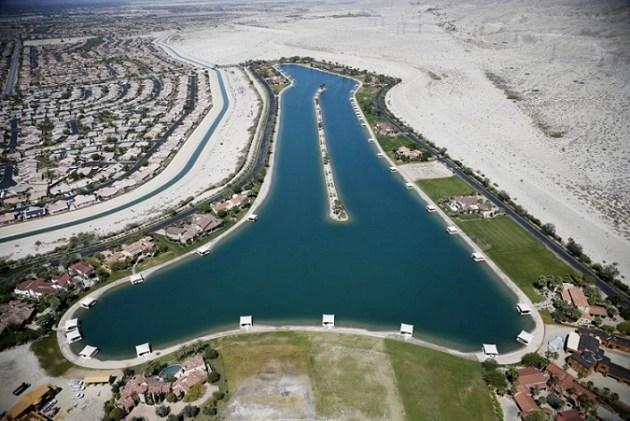 Los organismos locales de agua se verán obligadas a reducir entre un 8% y un 36% el consumo, según la cantidad utilizada el verano pasado. En la imagen, vista aérea de una zona residencial construida alrededor de un lago artificial en Indio, California, el 13 de abril de 2015 (LUCY NICHOLSON / REUTERS).
