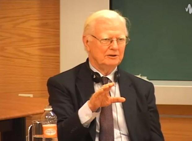 """El Premio Nobel de Economía 1996, profesor James Mirrlees, ofreció la conferencia """"Las matemáticas del equilibrio económico"""", la primera de las tres que tiene programadas impartir en el Instituto de Matemáticas y en la Facultad de Ciencias de la Universidad Nacional Autónoma de México (Foto: Streaming.)"""