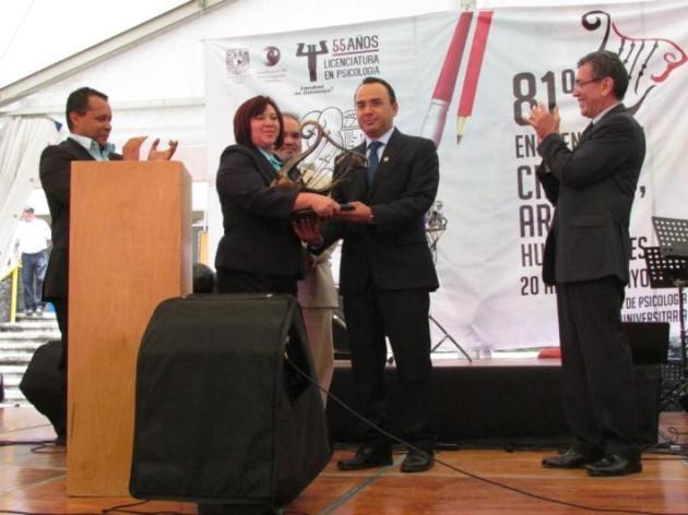 Momento en que se hace entrega de la estafeta a los organizadores del festival en Ensenada (Foto: Cortesía UNAM).