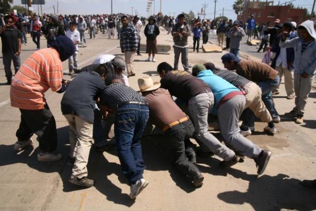 Jornaleros cerrando la carretera transpeninsular (Foto: Roberto Armocida).
