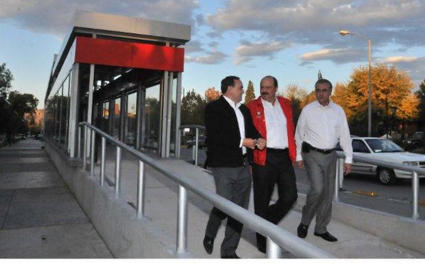 El gobernador Duarte, en un recorrido por las estaciones del sistema de transporte (Foto: Internet).