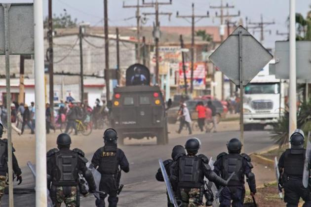 """""""El Tiburón"""", vehículo antimotines que no logró amedrentar a los jornaleros en la batalla campal del 9 de mayo en Lomas de San Ramón (Foto: Roberto Almocida, La Jornada BC)."""