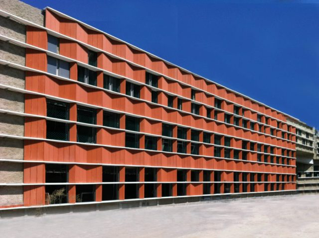 Aplicación de fachada ventilada en una universidad española (Internet)