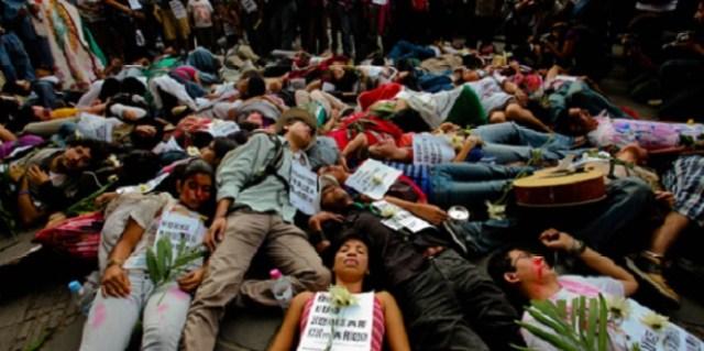 10912214. Oaxaca, Oaxaca.- Integrantes de la Caravana de la paz sur, realizaron un performance para protestar por las victimas que ha causado el crimen organizado. NOTIMEX/FOTO/NICOLAS TAVIRA/NTA/WAR/