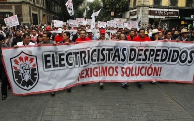 La noche del 10 de octubre de 2009 se conoció un decreto del gobierno de Felipe Calderón disolviendo la Compañía de Luz y Fuerza del Centro. Esta medida es una declaración de guerra contra los trabajadores y sus sindicatos, dijo el Sindicato Mexicano de Electricistas (SME) y aseveró que el objetivo del gobierno federal era privatizar la energía eléctrica de México en beneficio de las trasnacionales.