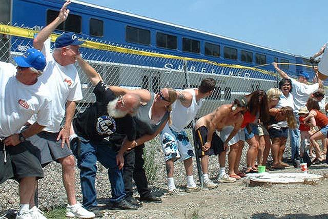 El día de Amtrak Morning. Exótica costumbre californiana: cada segundo sábado de julio, cientos de personas se concentran ante las vías del tren de Laguna Miguel para enseñar el culo a los trenes que pasan (Foto: Periodista Digital).