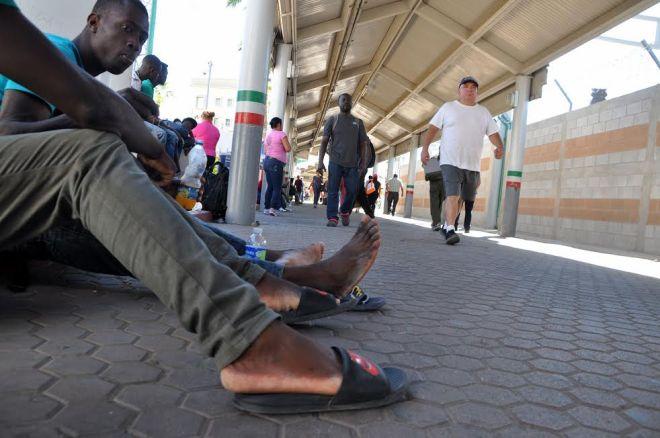 haitianos-sentados-en-linea