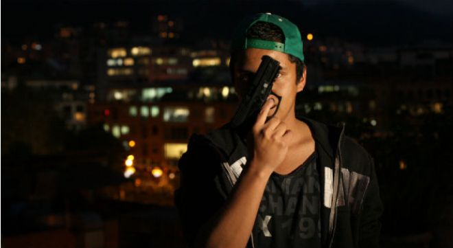 hombre-joven-con-pistola