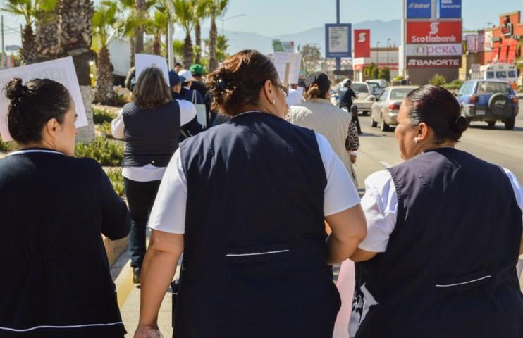 Trabajadoras del sector salud saliendo a exigir que el gobernador atienda sus necesidades médicas