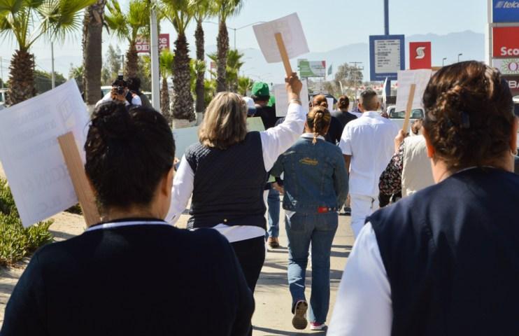 Decenas de médicos y enfermeras salieron a marchar esta mañana