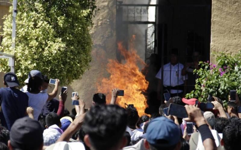 Pobladores de Acatlán de Osorio, en Puebla, el 29 de agosto de 2018 lincharon a dos hombres a los que acusaron de ser robachicos. Eran inocentes. Con sus celulares videograban el terrible crimen. Foto: Cuartoscuro.