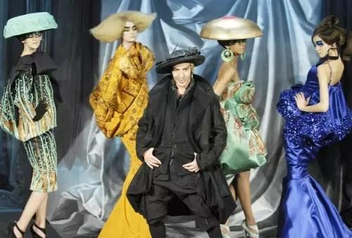 O estilista britânico nascido em Gibratar foi demitido da Dior em 1911