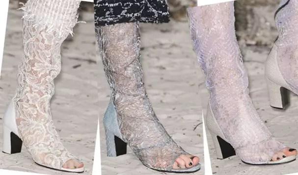 Chanel criou botas com a base de couro e o comprimento de renda (Foto: Imaxtree)