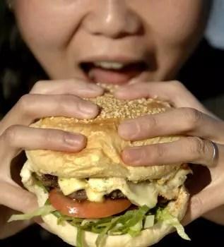 Os sanduíches, cheios de molhos, estão cada vez maiores