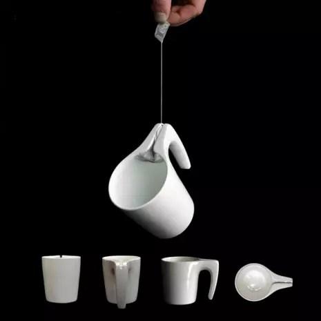 A Tea Cup SlingsHOT vem com uma fenda perto da alça. Com isso, fica mais prático puxar o saquinho até a borda, espremê-lo e retirá-lo da caneca