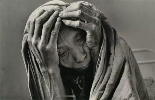 A fome em branco e preto na figura de uma velha senhora do Mali, país africano
