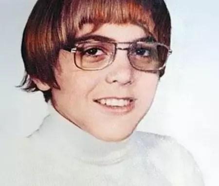 O ator George Clooney aos 15 anos. Atualmente, ele está com 52 anos
