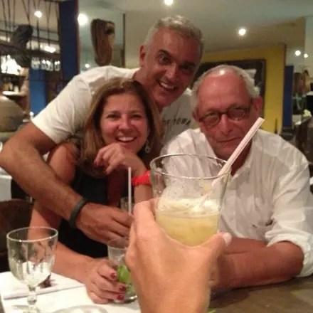 Betise com Ingo Ostrovsky e um amigo em um restaurante do Rio