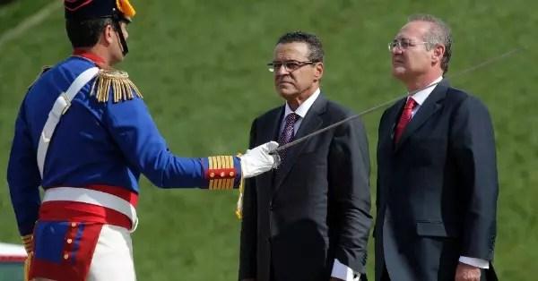 Uma das exigências é a renúncia do presidente do Senado, Renan Calheiros (à direita)