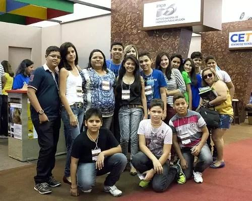 Jonilda com os alunos que ganharam medalhas nas olimpíadas de matemática