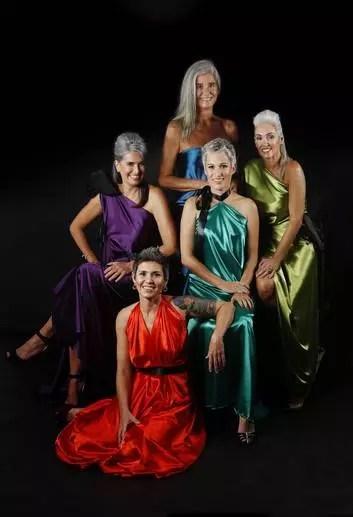 Roberta Ferro (de verde, com cabelo curto), Fatima Amaral (de laranja), Maira Jung (de roxo), Ana Maria Castelo Branco (de verde, com cabelo comprido) e Liliu Castelo Branco (de azul): turma do prateado