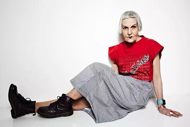 Bridget, 75 aos, compra roupas e sapatos caros por preços baixos em lojas de segunda mão