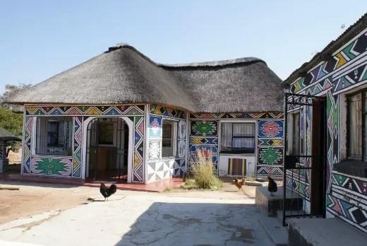 A arte de Esther está por toda parte em sua aldeia, na África do Sul