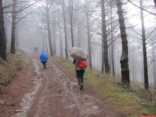 A chuva incessante dificulta o avanço, mas todos persistem