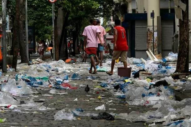 As pessoas caminhavam por cima do lixo no centro da cidade