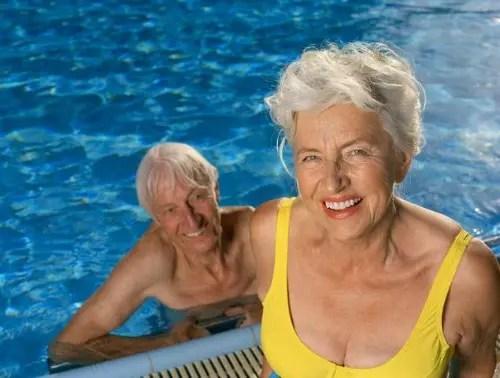 Especialistas acham que fórmula do envelhecimento tardio pode estar na natação