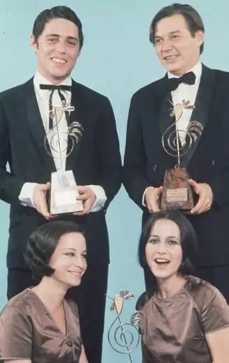Cybele (E) e Cynara, com Tom Jobim e Chico Buarque