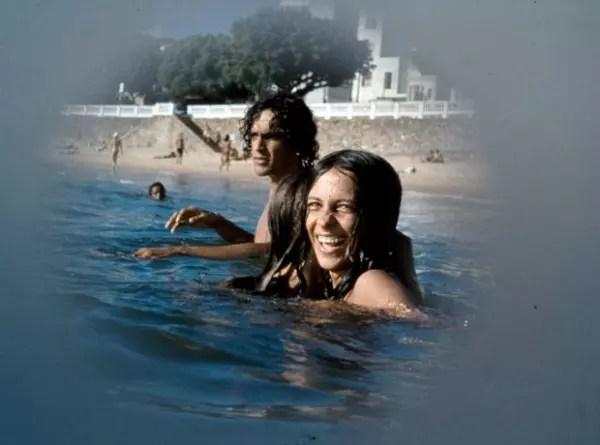 Caetano Veloso e Gal Costa nadando juntos no mar