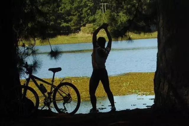 Exercício reduz as tensões e a rigidez muscular, ao mesmo tempo em que relaxa