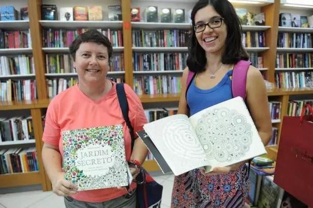 """Adriana e Milena foram até a livraria para comprar o livro """"Jardim Secreto"""" de Johanna Basford"""