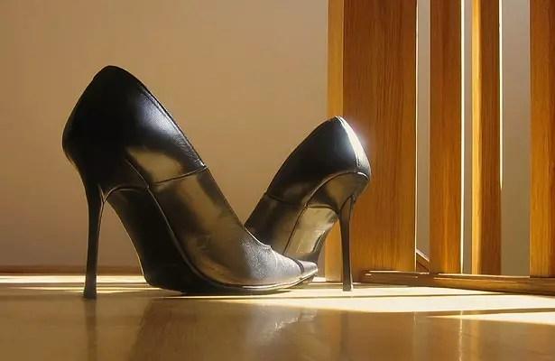 Para mulheres, sapatos considerados inofensivos têm saltos de até 3cm