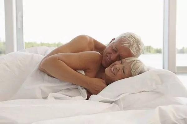 Interesse no sexo permanece durante a velhice, mas apresenta desafios