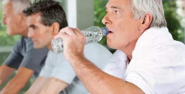 Quem faz exercícios físicos precisa beber mais água do que quem não faz