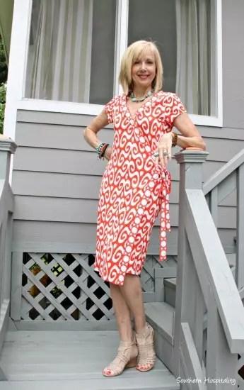 Vestido vermelho e branco tipo tubinho, com o detalhe da faixa