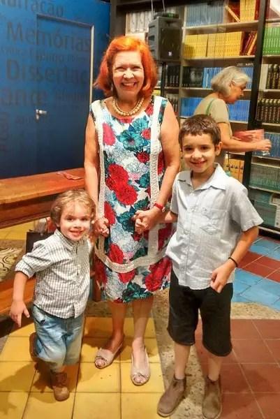 A psicóloga Marisa Sanabria com os netos na noite de lançamento do livro