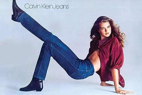 A atriz Brooke Shields no famoso comercial no início dos anos 1980