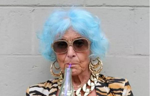 Uma escolha bem ousada: cabelo inteiramente azul. Ficou bem nela