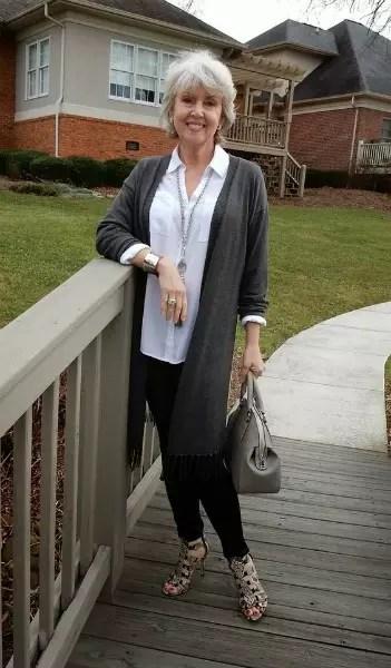 Bem simples: calça escura e blusa clara