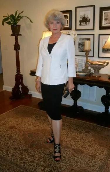 Um bonito conjunto de saia justa preta com o casaquinho branco
