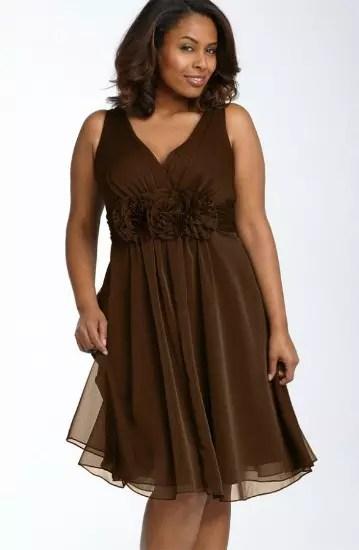 Lindo este vestido solto, sem mangas, de tecido fino
